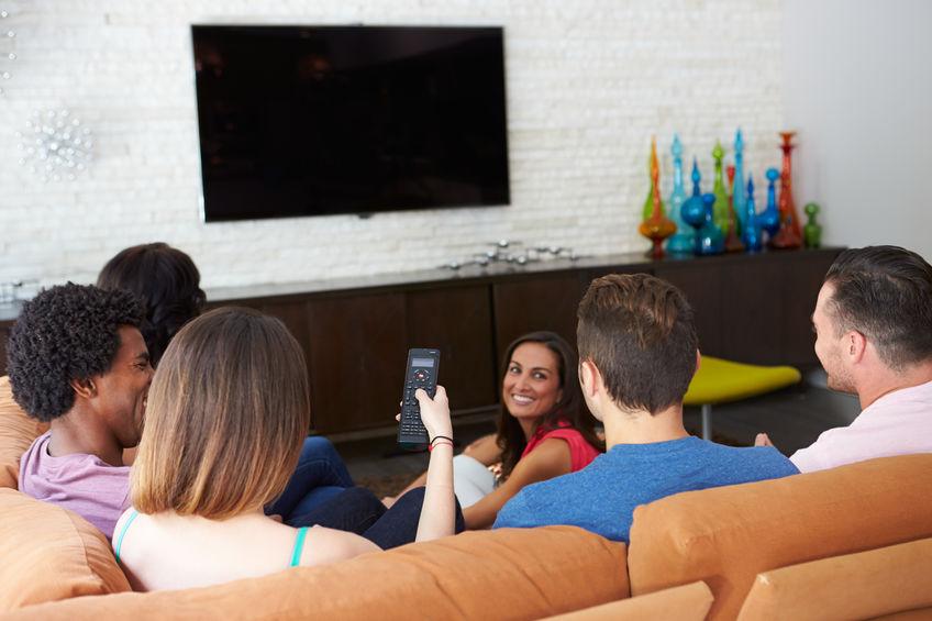 Gruppo di amici che guardano la TV