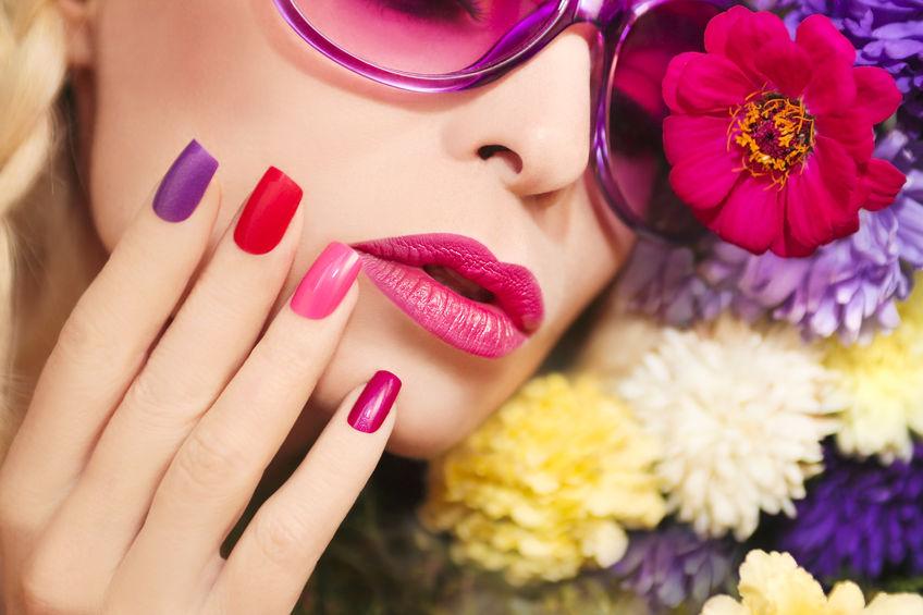 Donna con unghie colorate