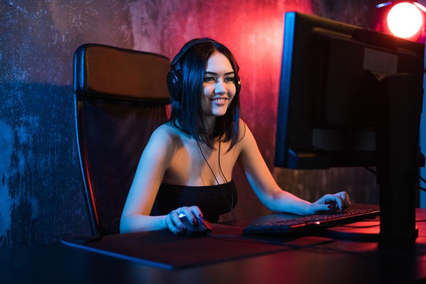 Una ragazza del giocatore che utilizza il mouse