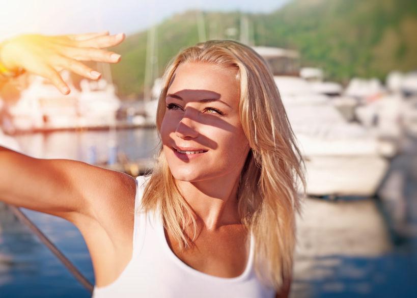 Donna che copre il viso dai raggi del sole