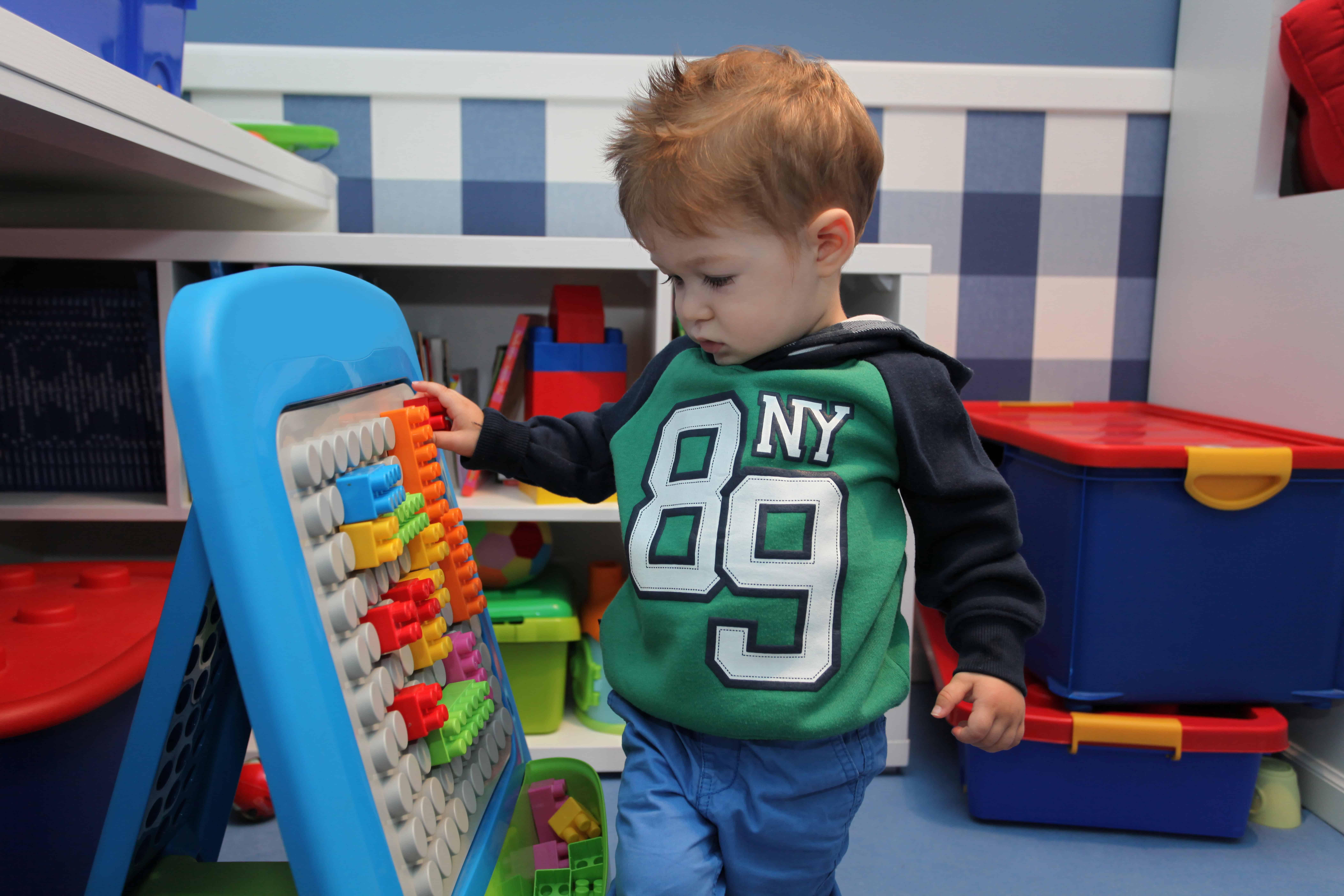 Bambino che gioca con lavagna di costruzioni