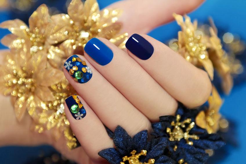 Immagine di unghie dipinte di blu