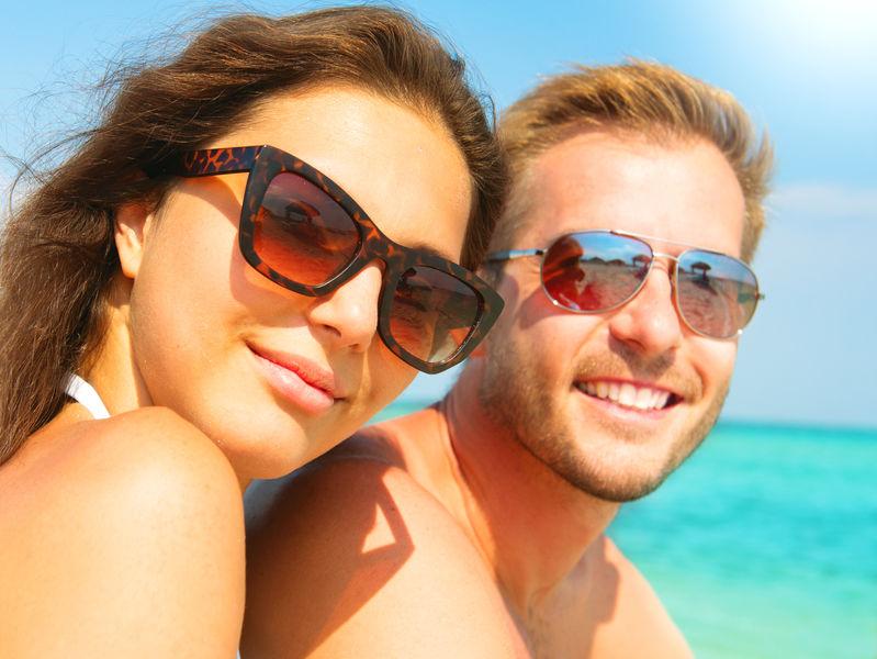 Una coppia con occhiali da sole