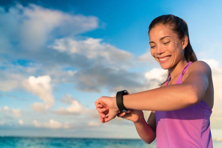 Donna con orologio conta calorie