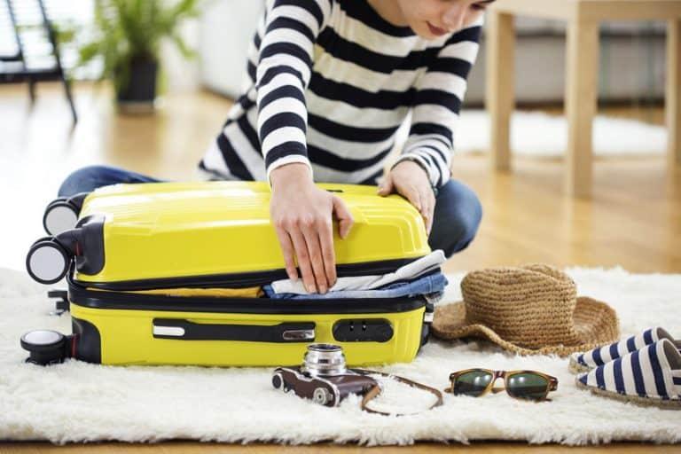 Donna che chiude la valigia