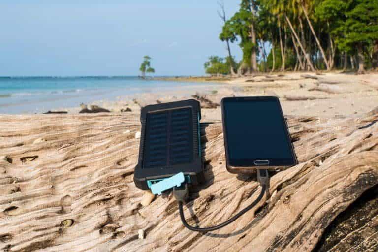 Caricabatterie solare e cellulare sul legno