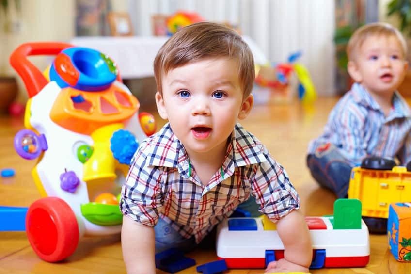 Due bambini circondati dai giochi