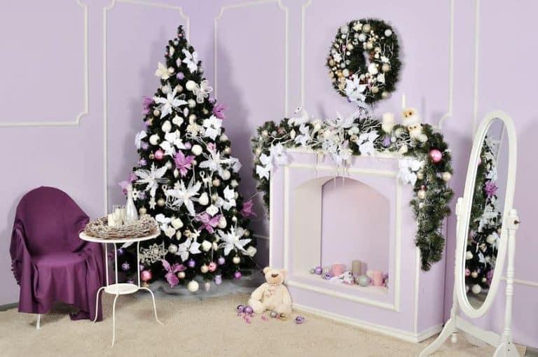 Albero di Natale accanto a caminetto addobbato