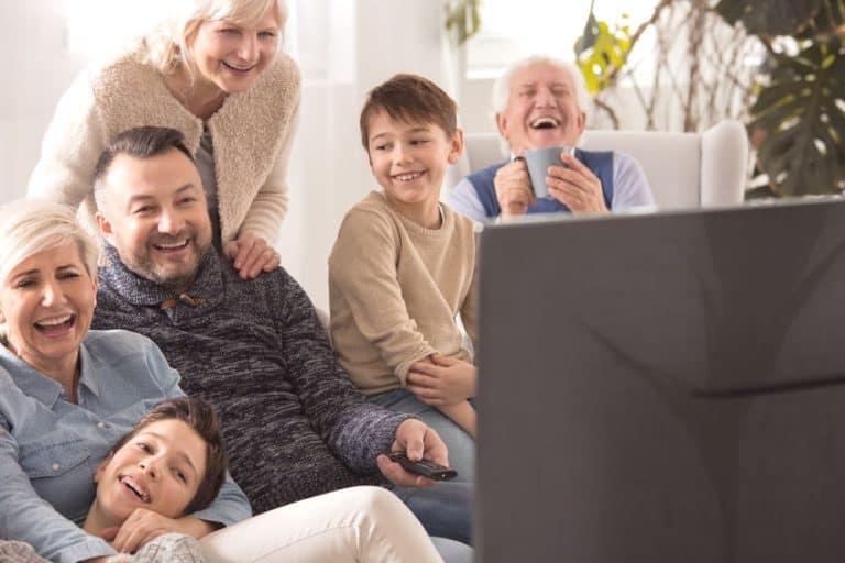 Persone felici davanti alla TV