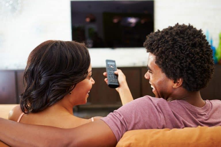 Coppia davanti alla TV