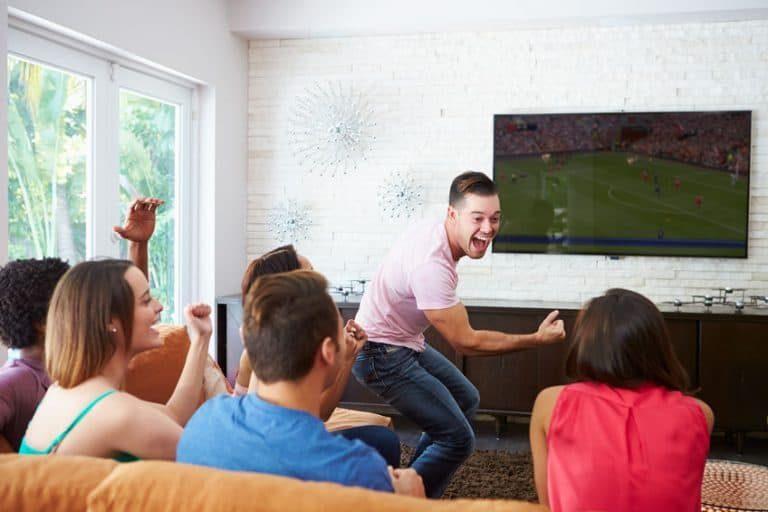Persone che esultano guardano una partita