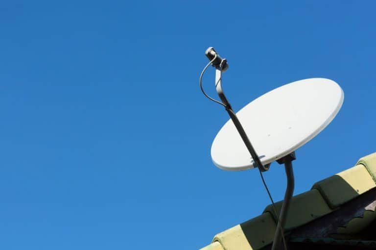 Un'antenna parabolica su tetto