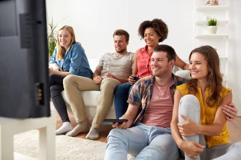 Persone che sorridono davanti alla TV