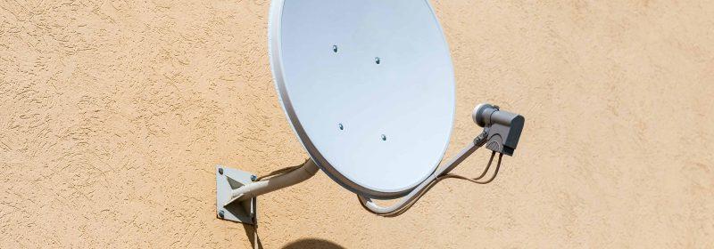 Un'antenna parabolica a parete