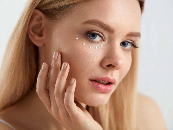 Donna con crema anti occhiaie