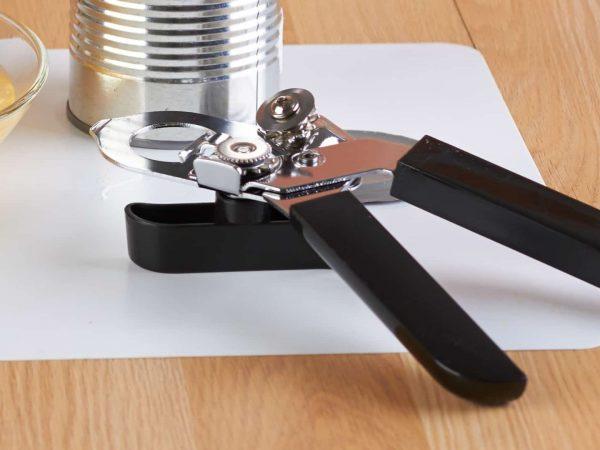 Un apriscatole su un tavolo