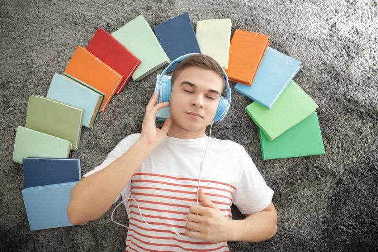 Ragazzo che ascolta un audiolibro