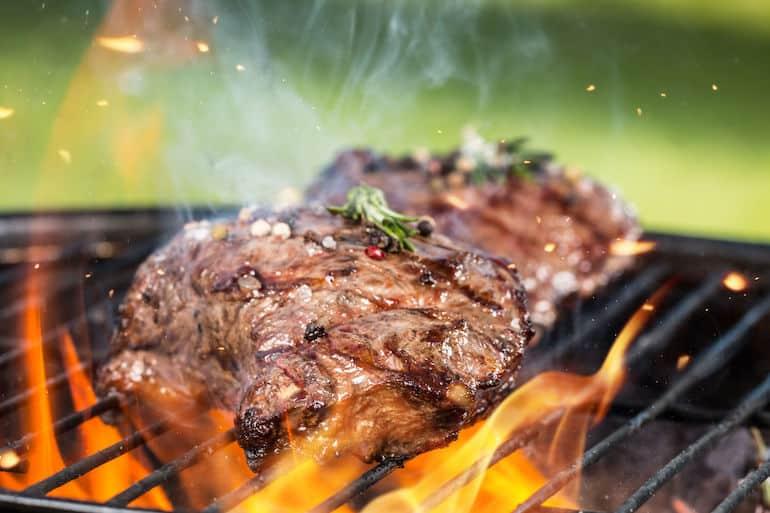 Carne sul barbecue portatile