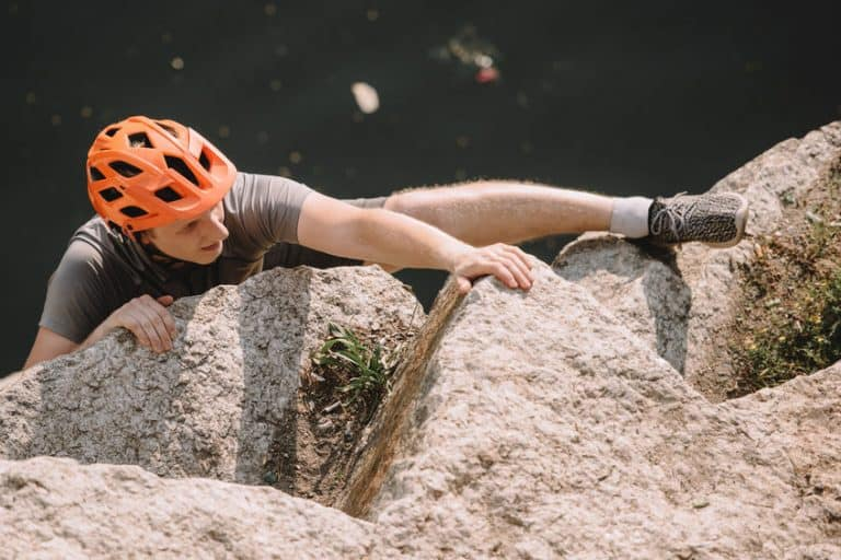 Uomo con casco arrampicata