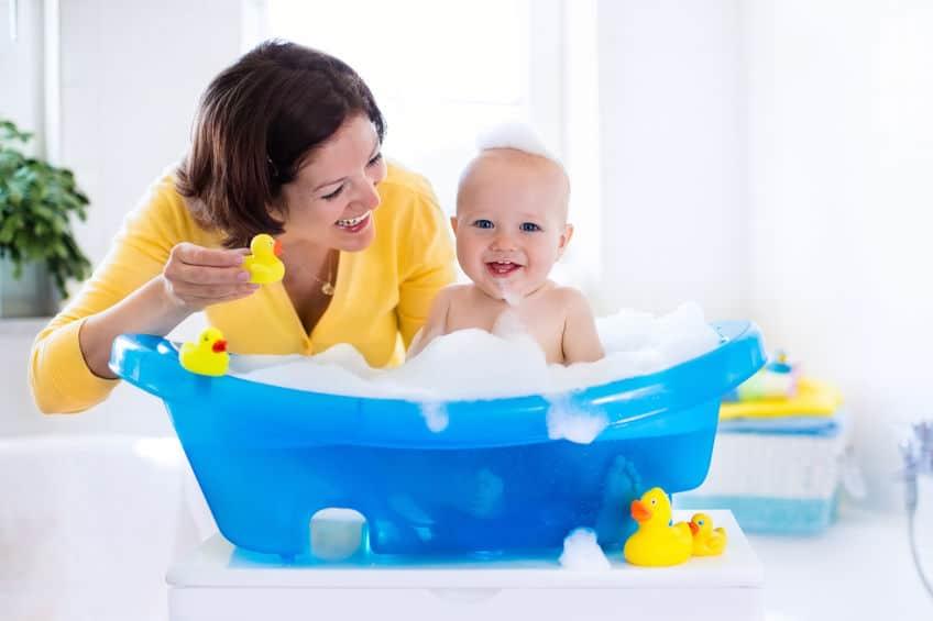 mamma che fa il bagnetto al neonato