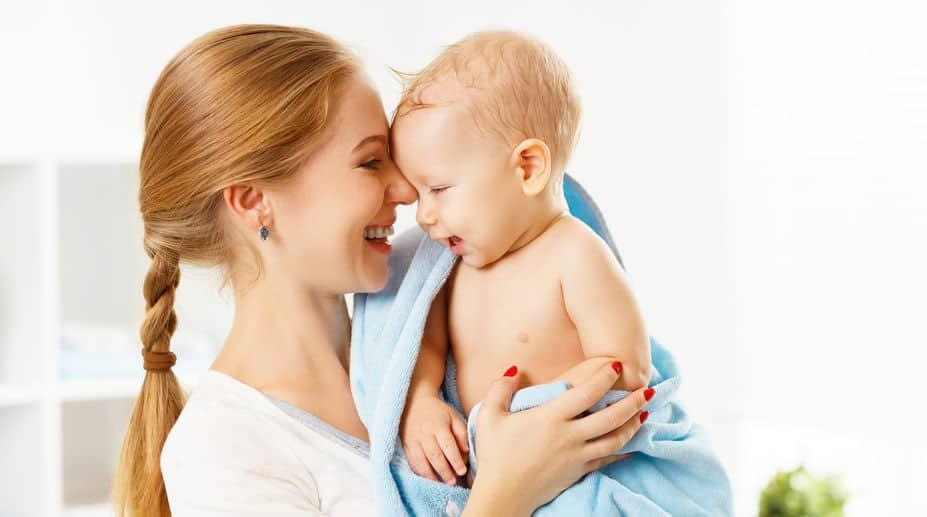 Mamma con neonato dopo il bagnetto
