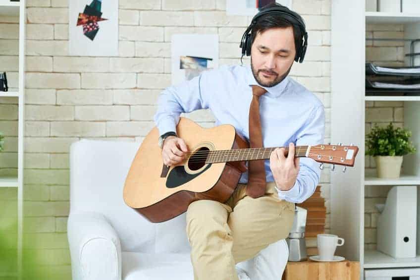 Uomo con chitarra