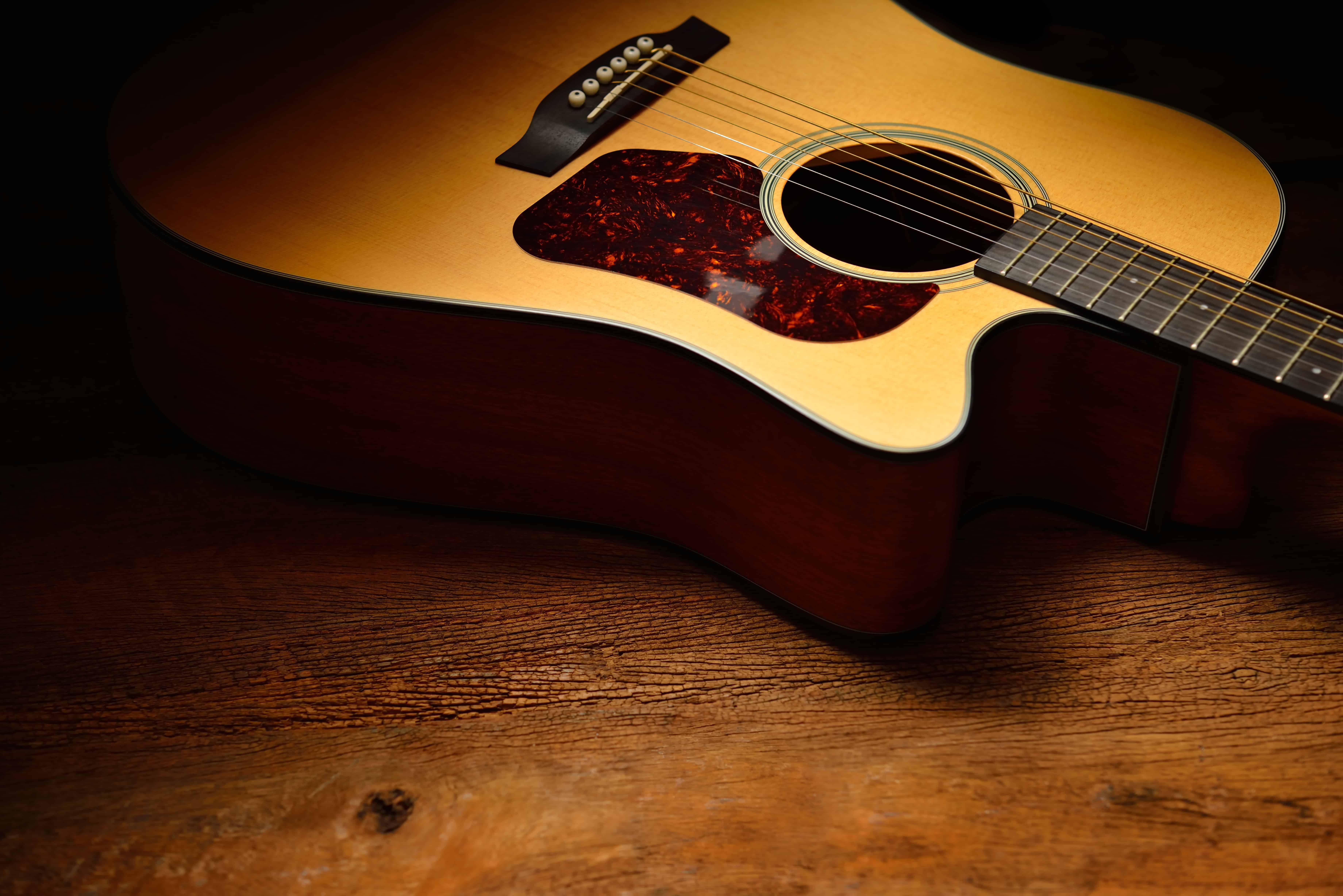 Una chitarra acustica