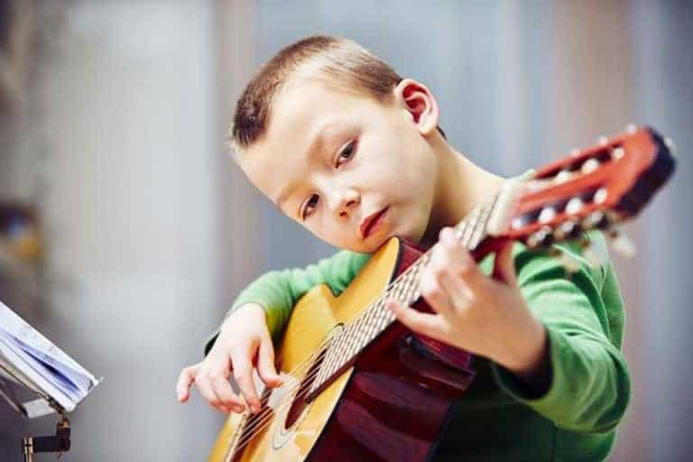 Bambino che suona la chitarra