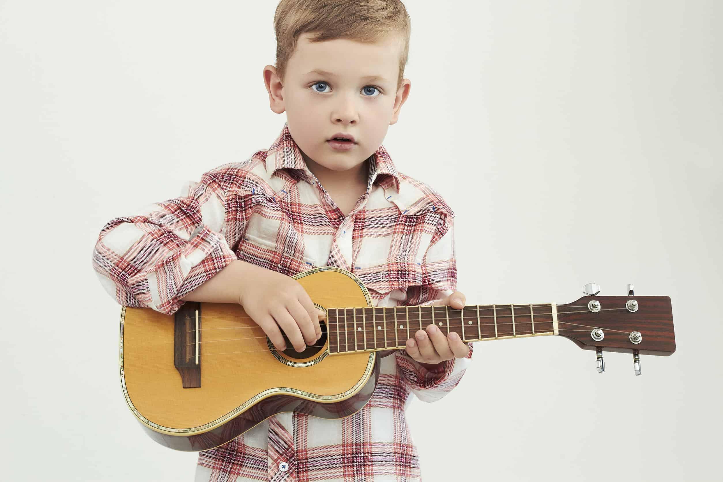 Bambino con chitarra in mano