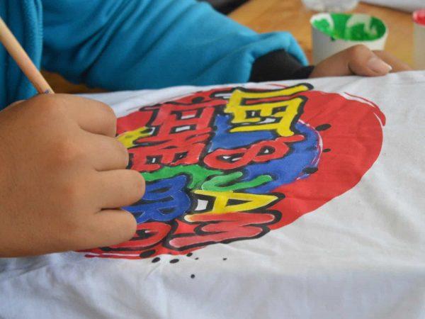 Maglietta dipinta con colori per tessuti
