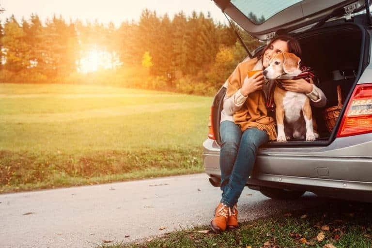 Donna con cane nel bagagliaio