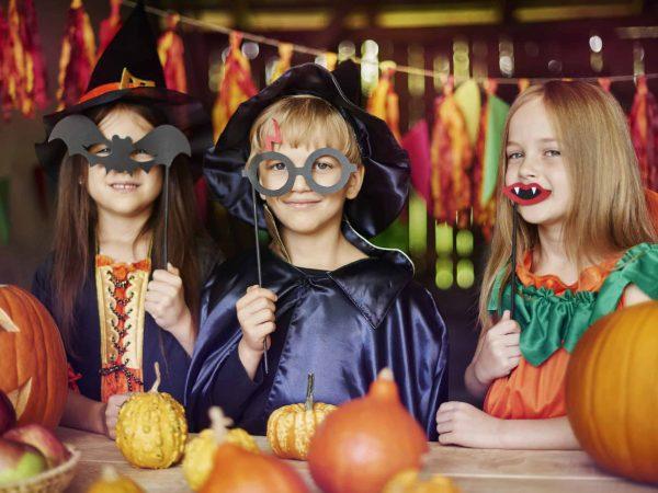 Bambini vestiti per carnevale