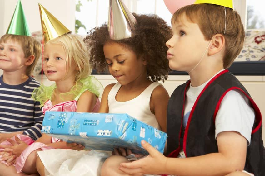 Bambini a un compleanno