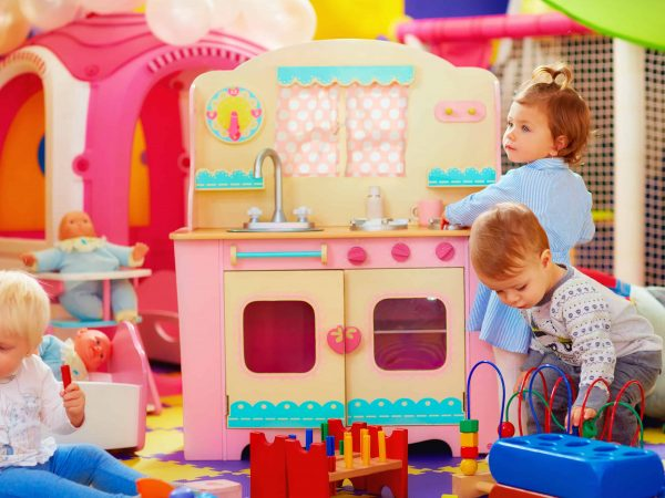 Bambine giocando con cucina giocattolo