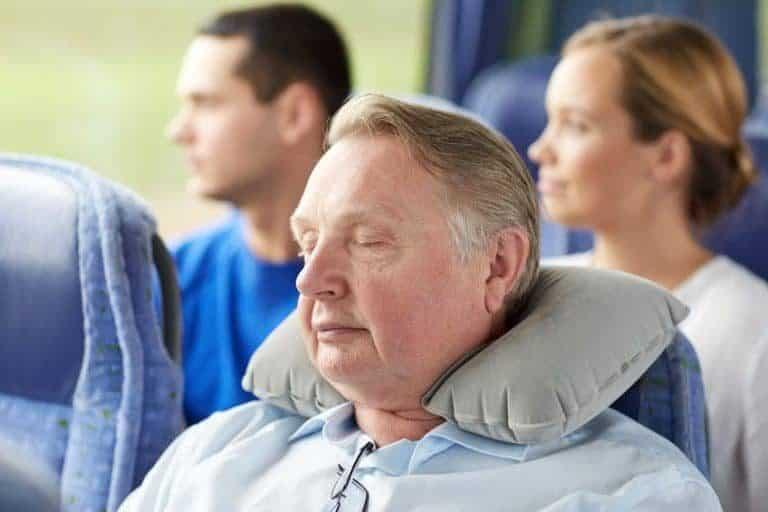 Uomo con cuscino di semi al collo