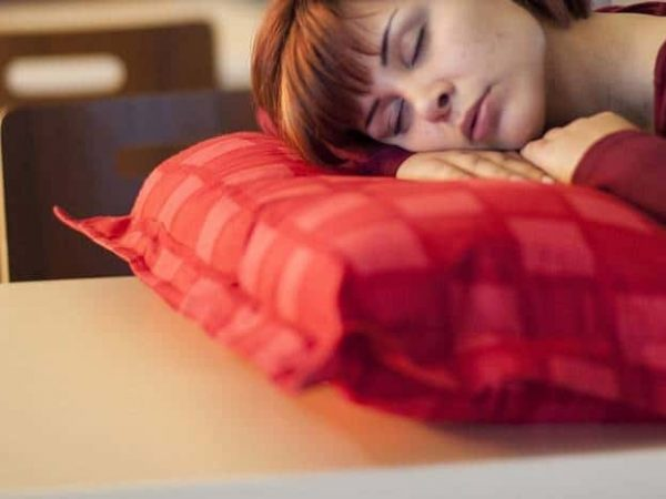 Donna che dorme su cuscino