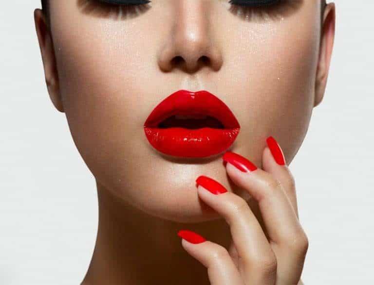 Donna con rossetto rosso