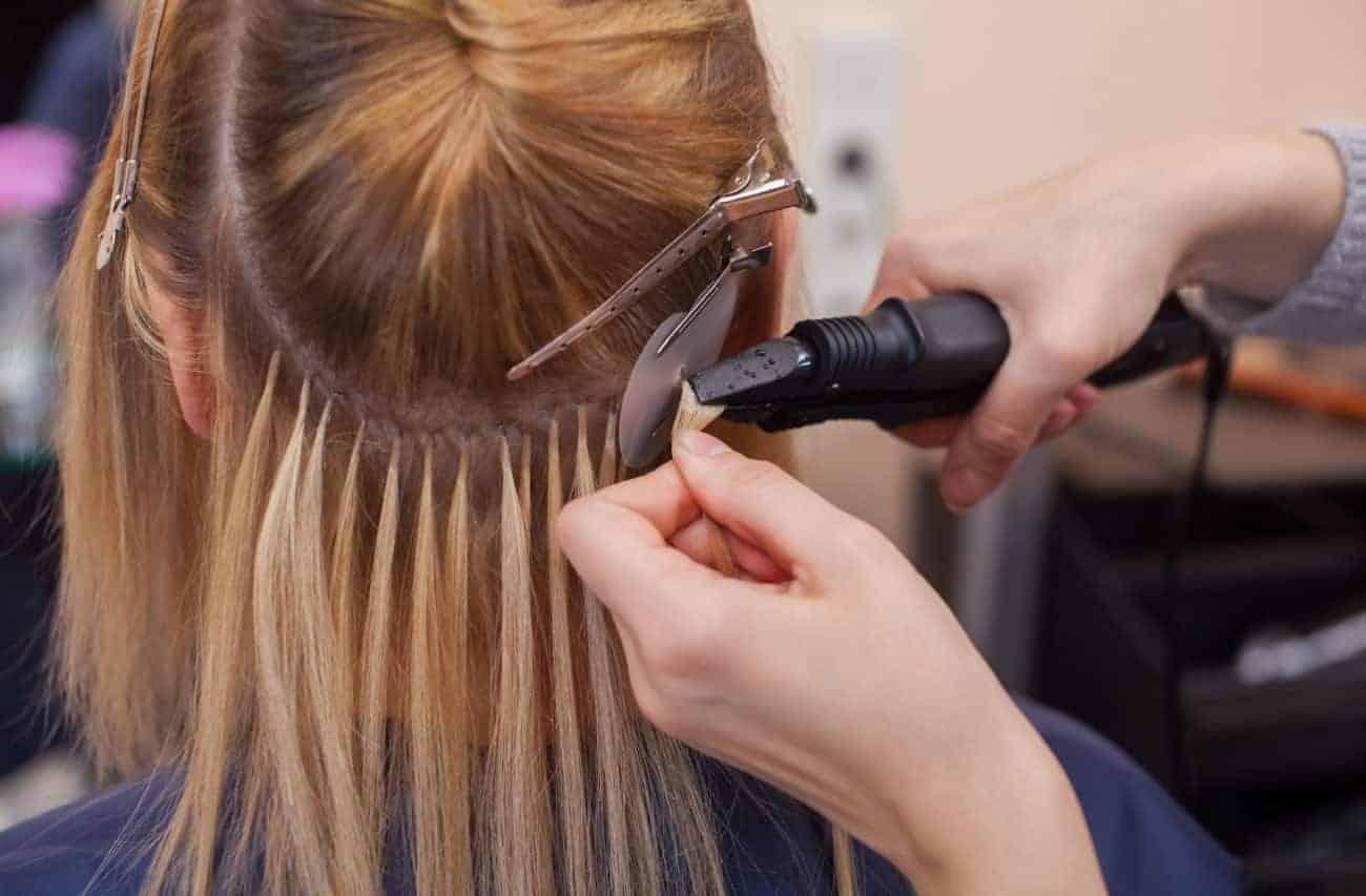 Extension di capelli veri che vengono applicati