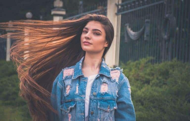 Donna con capelli lunghi lisci