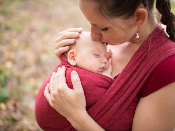 Mamma con bebè nella fascia