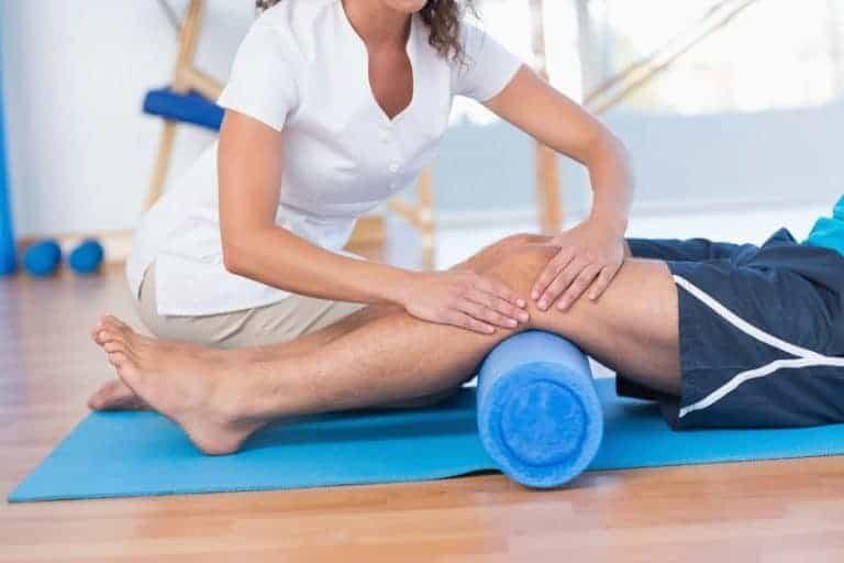 Fisioterapista che usa il foam roller