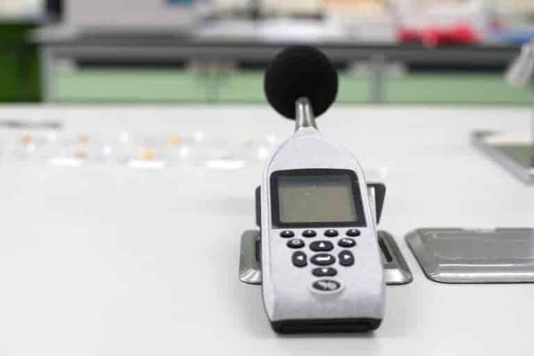 Un fonometro su un tavolo