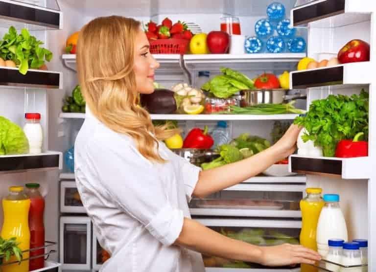 Donna che sistema il frigorifero