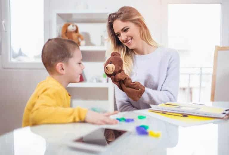 Mamma che gioca con figlio