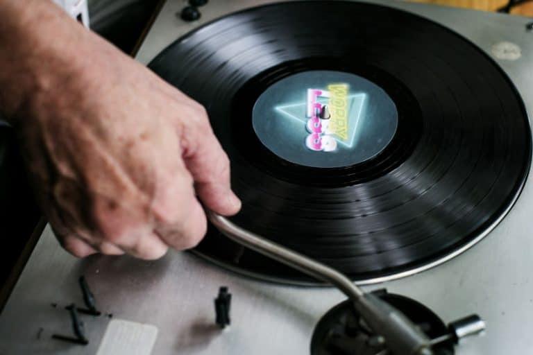 Un disco su un giradischi