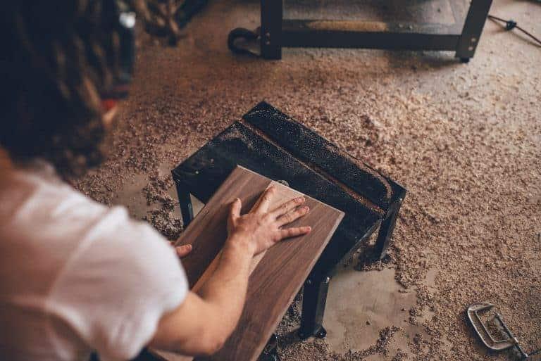 Uomo che lavora il legno