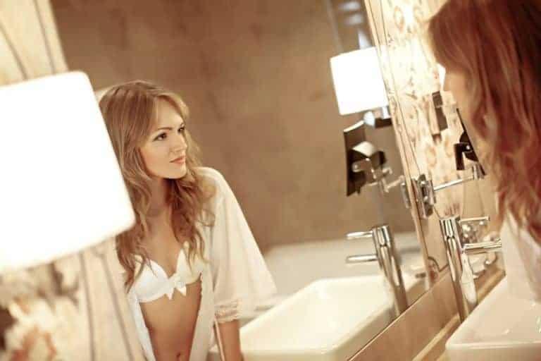 Donna in intimo davanti allo specchio