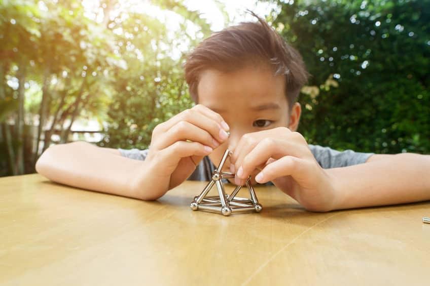 Bambino che gioca con i magneti