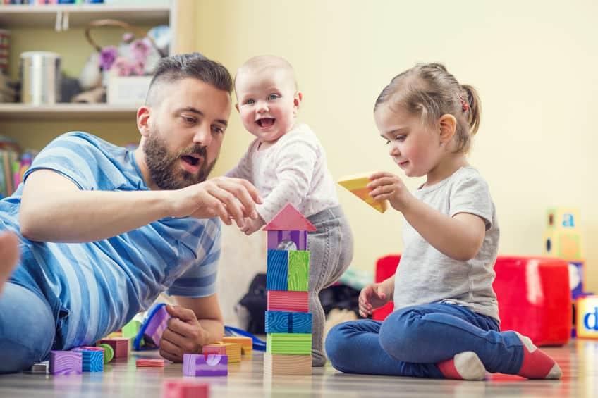 Padre che gioca con i 2 bimbi