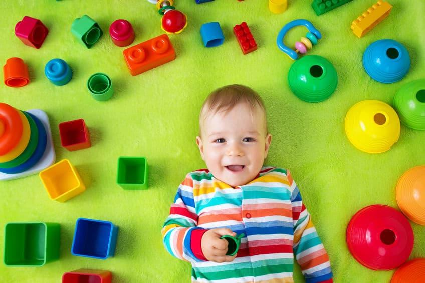 Bambino circondato da giochi
